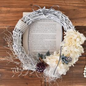 winter shabby chic wreath -アンティークな洋書と一緒に♪-
