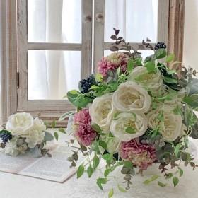 ウェディングブーケ、丸いラナンキュラスの花がナチュラルでエレガントなクラッチブーケ