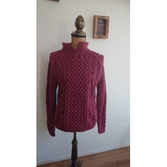 かわり襟のラグラン袖アラン模様セーター