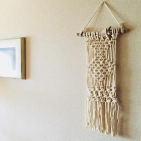 流木を使ったマクラメ編みのタペストリー