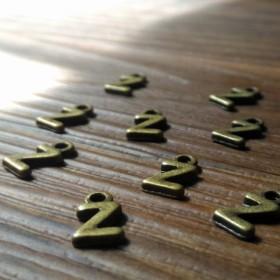 アクセサリーパーツ 【 Z 】 2個セット/イニシャル ローマ字 アンティークゴールド (用途:ネックレス アンクレット ペンダント ストラップ キーホルダー ) おしゃれ 部品 素材 材料 金具