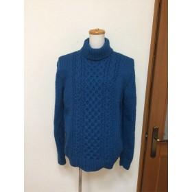 ケーブル模様のメンズタートルネックセーター