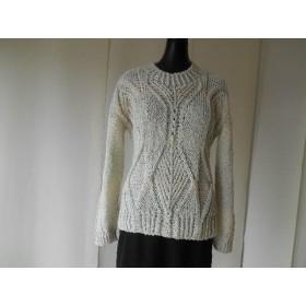 アイボリーの模様編みセーター