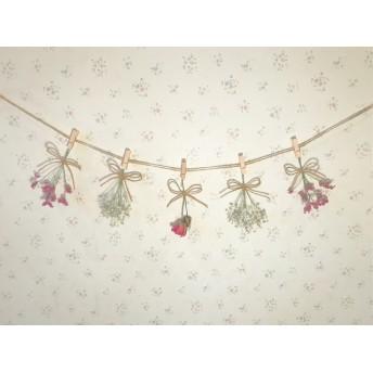 ピンクのバラとかすみ草のガーランド