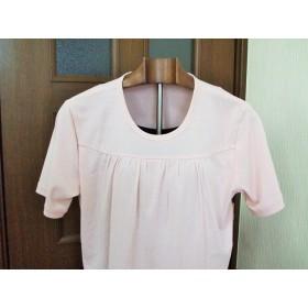 サーモンピンクのTシャツ