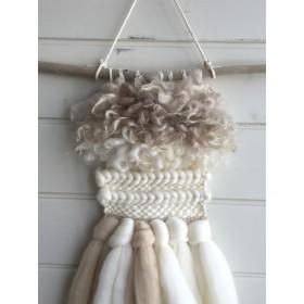 ペールトーンな羊毛と流木のハンギング