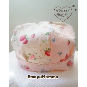 いちご柄の子供の帽子
