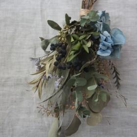 ブルーの紫陽花とアイビーベリーのスワッグ