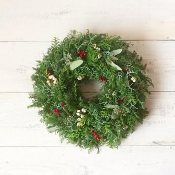 小さな木の実を集めたフレッシュ クリスマスリース
