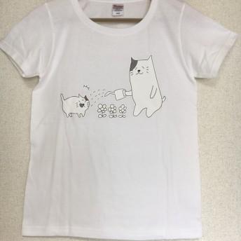 花?に水やりをするお父さんネコ Tシャツ