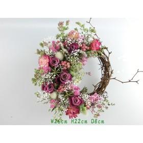 リースにバラとピンクの小花達