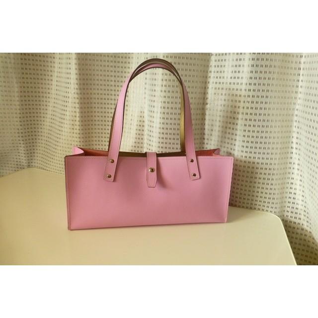 本革製 手作りのトートバッグ 横長 ピンク色