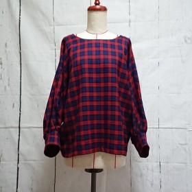 どちらを前にしても着用可能 赤色タータンチェックのふんわり袖ブラウス