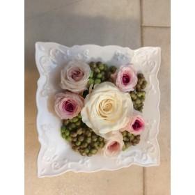母の日にほんわかした白とピンクの薔薇