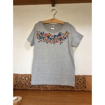 【送料無料】手染め紅型の南の花のレディースTシャツ/ブーゲンビレアと蝶