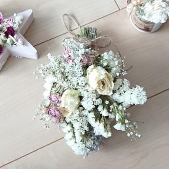ホワイトにほんのりピンク系バラと小花のドライフラワースワッグ/かすみ草 バラ