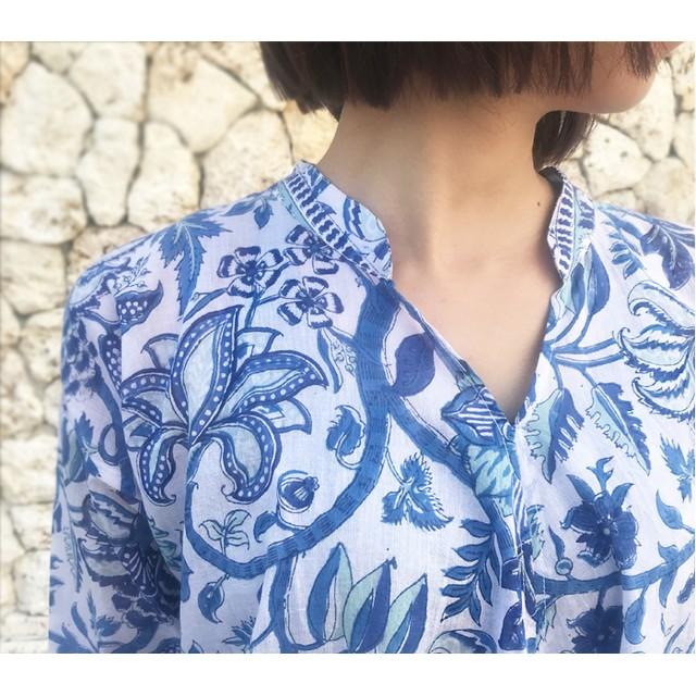 再再販!体型カバー裾ねじりブループリント長袖ブラウス