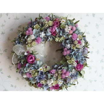 ブルー紫陽花と濃いピンク薔薇の華やかなリース