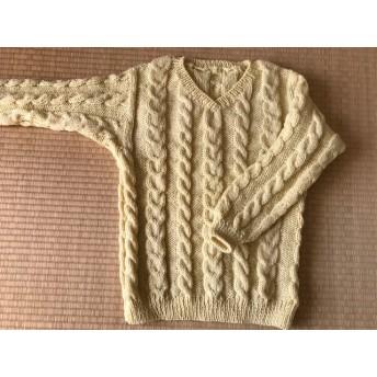 Vネックの縄編みセーター