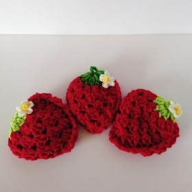 赤いいちごのアクリルたわし 3個セット 小さなお花付き