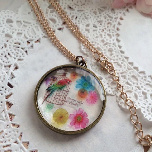 花とオウム ネックレス