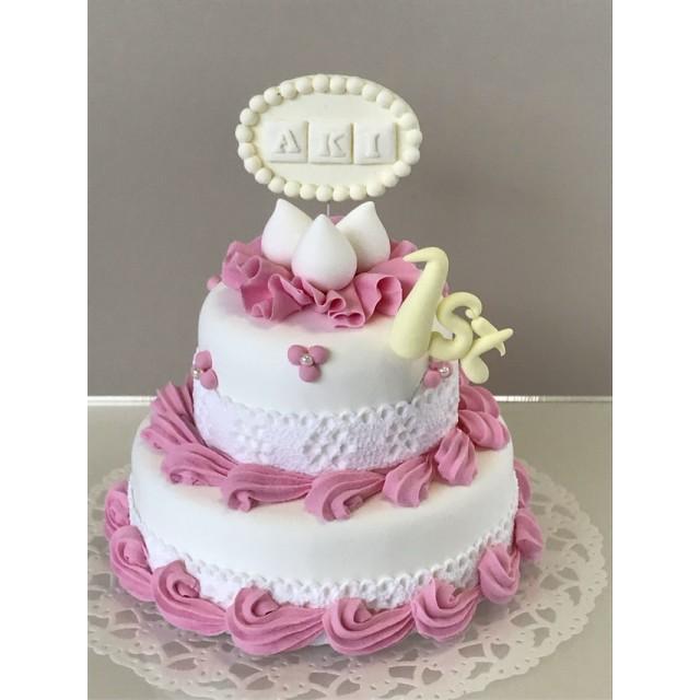 【受注制作】お名前入りお誕生日クレイケーキ2段イチゴクリーム*白ネームプレートと年齢文字*