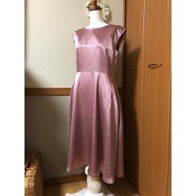 女らしいシルエットが美しい小豆色のドレス