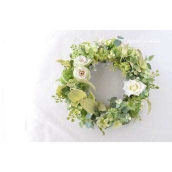 ホワイトローズと利休草のリース:バラのリース