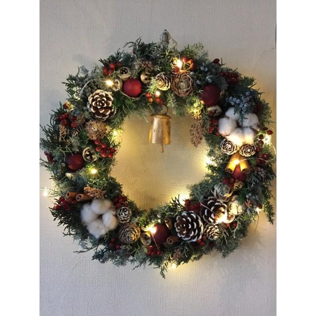 聖なる灯り クリスマスリース(カウベル&ライト付き)