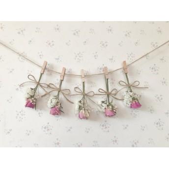 ピンクのバラとかすみ草とホワイトスターチスのガーランド