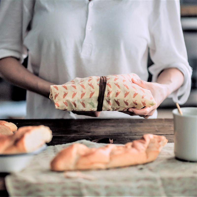 選用台灣老牌台元有機棉布, 用得放心,食得安心。 蜂蠟超好蓋 仁舟淨塑獨家創新研製款! 搭配彈性繩扣組,一蓋一拉,輕鬆保鮮。 零侷限!各種形狀之碗、盤、鍋具皆一拉搞定, 立即呈現量身打造般的服貼效果。