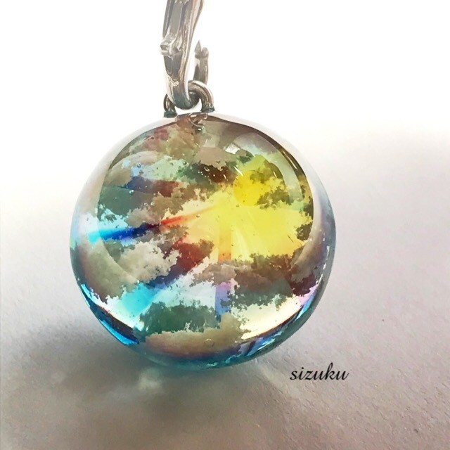雲レジン 虹の光りの花 クローバーキーホルダー