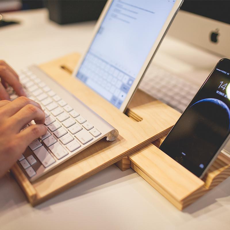 產品特色 100%原木 台灣製造 簡約時尚設計 多功能使用 一舉數得 原創設計 全手工打造 功能性與實用性兼具 完美呈現 適合放筆電/平板/手機 產品介紹 設計理念- 數位時代來臨,3C產品蓬勃發展,