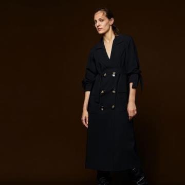 《D'Fina 時尚女裝》 時尚必備 綁帶袖口後下擺開叉雙排釦風衣
