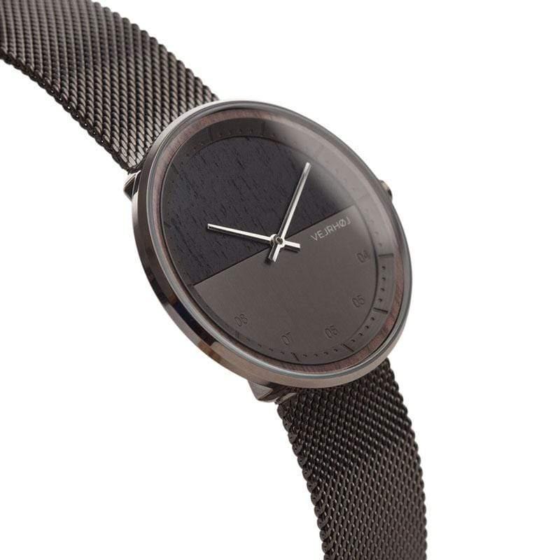 丹麥製造,工匠手藝的堅持,每隻手錶皆精心打造,將質感與品質帶至最高點。 獨特的風格,精巧的設計,低調奢華的美感,任何穿著風格皆能完美搭配,為您的整體造型更加分。 注意事項 1. 產品因拍攝關係顏色可能