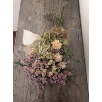 くすみカラーのリモニュームと紫陽花のスワッグ ブーケ