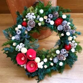 ウッドコーンと木の実のクリスマスリース