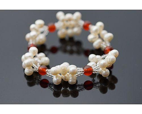 紅玉髓淡水珍珠手鍊 想要表達自我時!銀粉橘色的光芒閃耀著神祕的風采 很受歡迎的飾品。