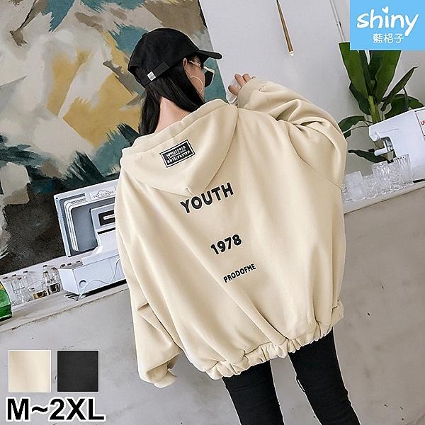 【V2592-1】shiny藍格子-瑕疵特賣.後字母印花寬鬆連帽長袖外套
