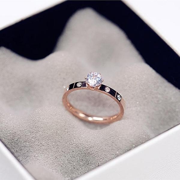 戒指 韓版簡約閃亮單鑽求婚戒指女鍍18K玫瑰金鈦鋼食指環戒子J019 尾牙