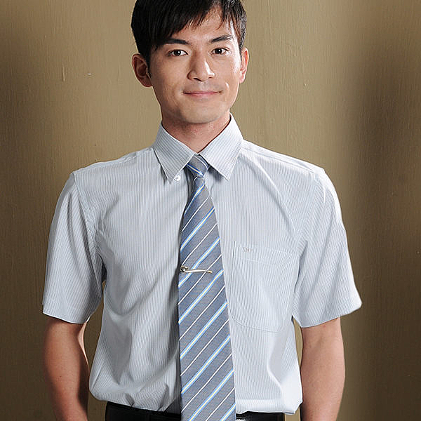 更改商標中,庫存售完為止【S-31-1】時尚流行辦公室 淺灰色條紋 男短袖襯衫