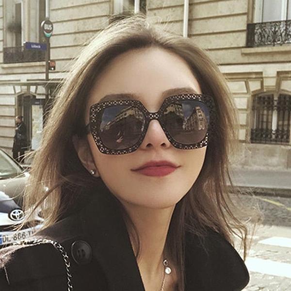 [協貿國際]周揚青眼鏡金屬鏤空超輕墨鏡大方框個性1入