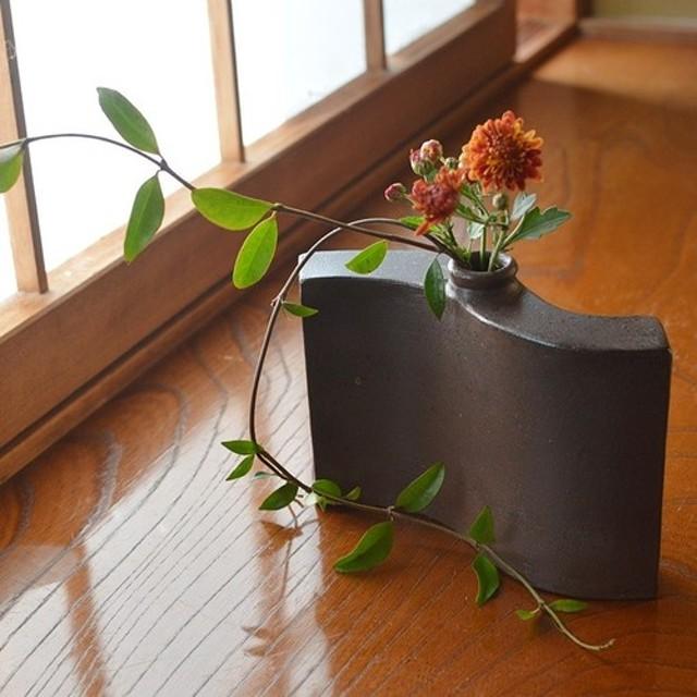 波形花入れ/黒・焼き〆陶器