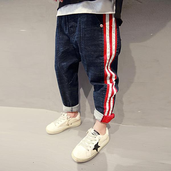 衣童趣 中大男童 韓版牛仔長褲 後口袋數字造型 帥氣款百搭長褲 休閒運動褲【現貨】