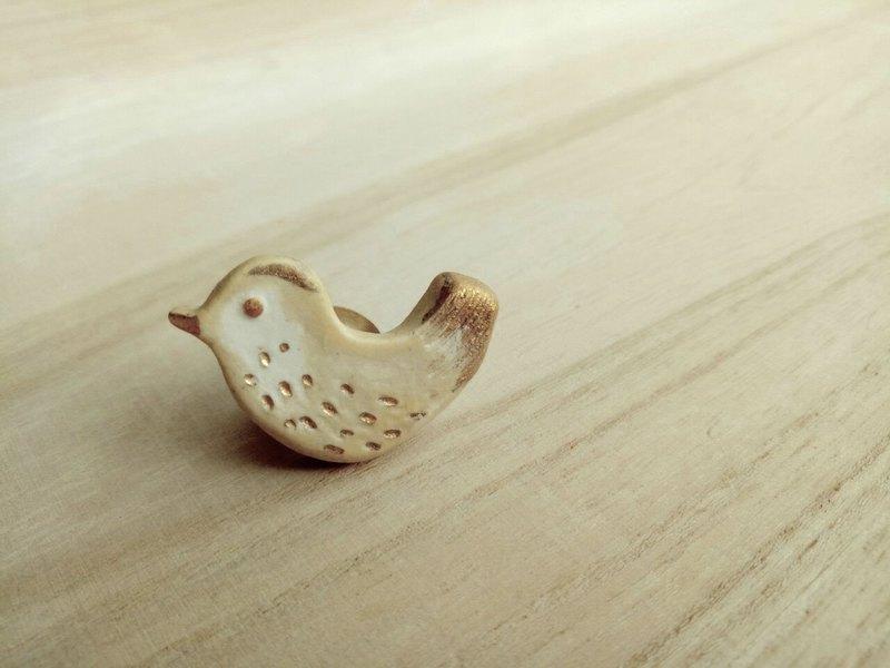 金水釉燒白鳥陶徽章別針