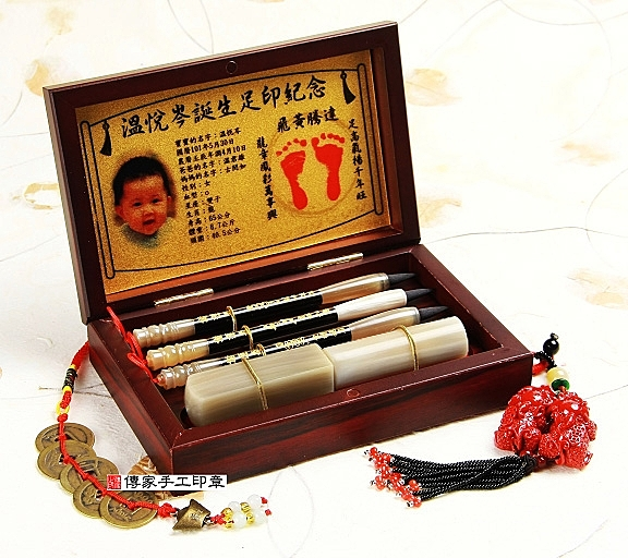 袖珍嬰兒三寶:半手工刻印臍帶章2個+經典小胎毛筆3支+烤漆木盒+金足印。印章可選牛角或檀木