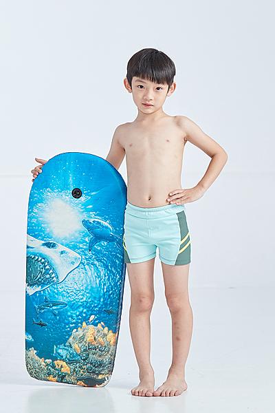【 APPLE 】蘋果牌泳裝降價↘特賣~男童藍綠色壓黃條四角泳褲 (彈性較小) NO.108298