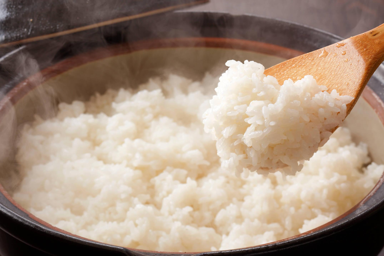 炊き立ての白米をすくうしゃもじ
