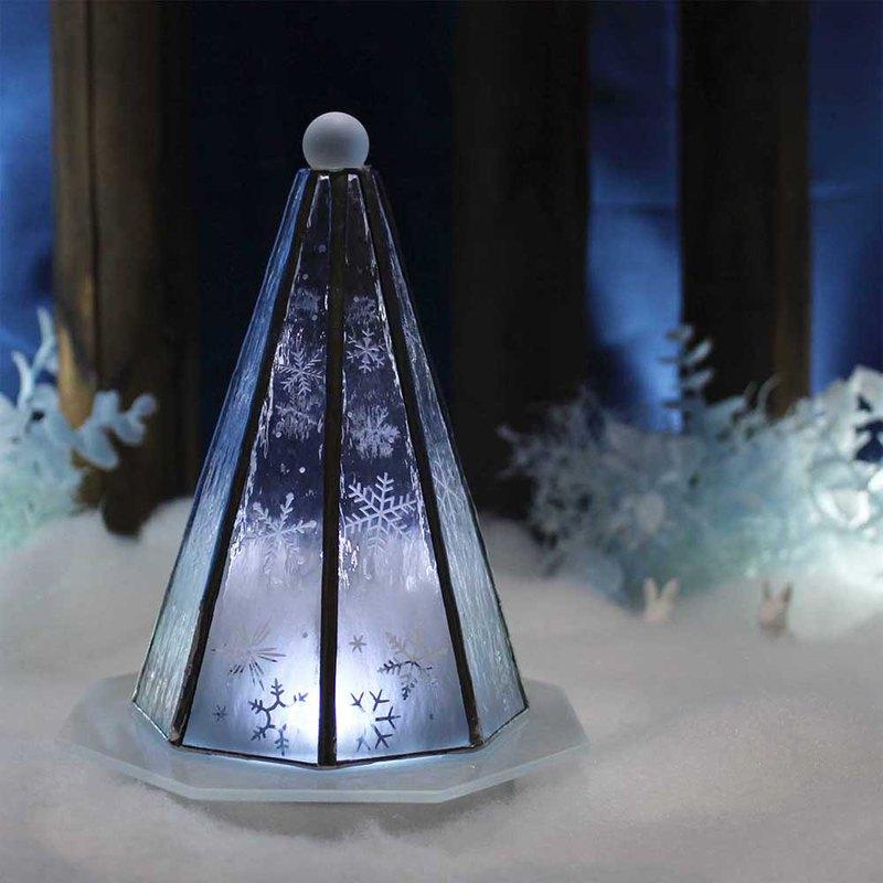 成人聖誕樹雪和冰世界帶燈和LED燈的彩色玻璃