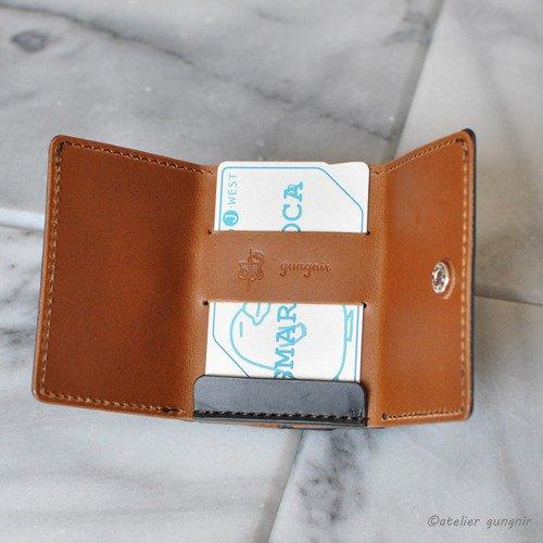 """硬幣盒的背面有一個用於存放門票的口袋。 對於縫紉,""""手動縫紉""""和""""縫紉機""""用於不同的目的。 它很耐用,可以修理。 牛皮:Buttero (這是一種具有張力的硬皮。) 皮革顏色:黑色,駝色 線色:棕 硬"""